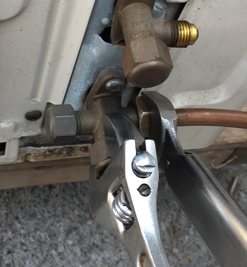 室外機に銅管と電線コードを接続